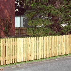Zaun Foerde mit geschrägten Staketen